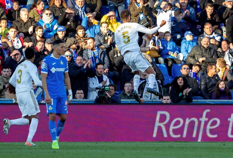 Przed chwilą Raphael Varane podwyższył prowadzenie Realu na 2-0 /Rodrigo Jimenez /PAP