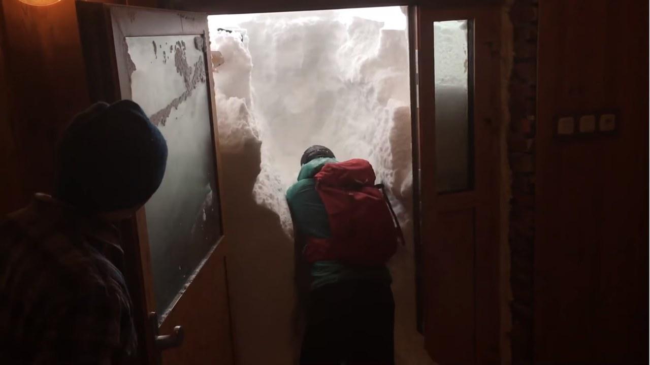 Przed drzwiami prawie 2 m śniegu. Ten film z Kasprowego podbija internet