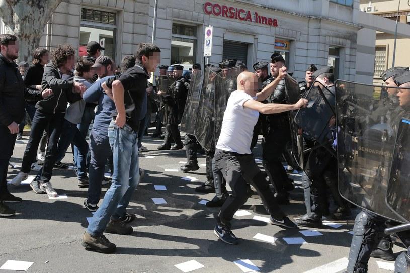 Przed gmachem odbyła się liczącą ok. 50 osób manifestacja przeciwko FN /AFP