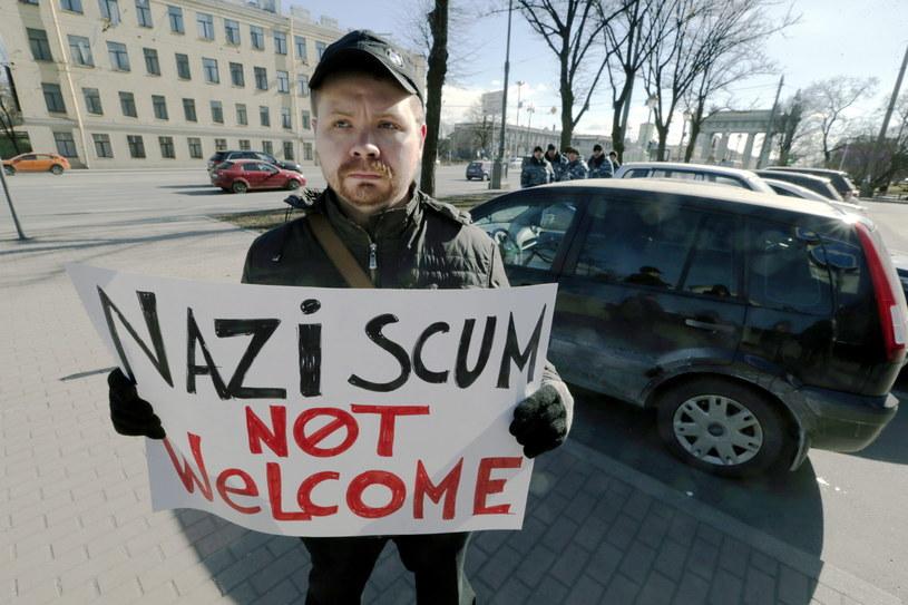"""Przed hotelem, gdzie odbywało się forum, skandowały: """"Precz z nazistami!"""" /PAP/EPA"""