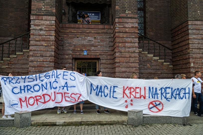 Przed komendą wojewódzką policji we Wrocławiu manifestowano w sprawie śledztwa dotyczącego śmierci obywatela Ukrainy /Krzysztof Kaniewski /Reporter