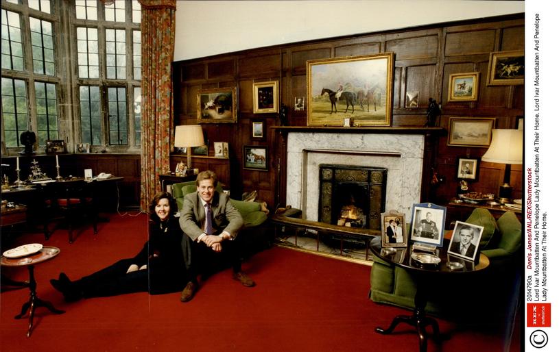 Przed laty z żoną w rodzinnej posiadłości /East News