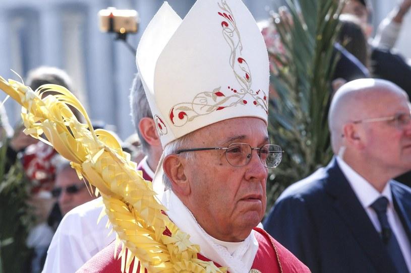 Przed liturgią na środku placu Świętego Piotra papież pobłogosławił gałązki oliwne i palmowe /EPA/GIUSEPPE LAMI /PAP/EPA