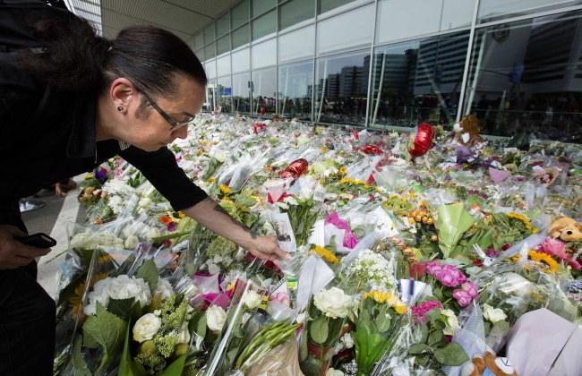 Przed lotniskiem Schiphol koło Amsterdamu cały czas składane są kwiaty w hołdzie dla ofiar katastrofy /BART MAAT /PAP/EPA
