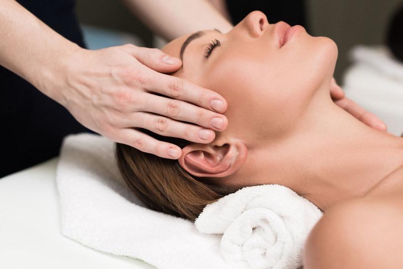 Przed masażem opuszki palców zanurz w olejku (np. rycynowym). To będzie dodatkowy odżywczy zastrzyk dla cebulek włosów /123RF/PICSEL