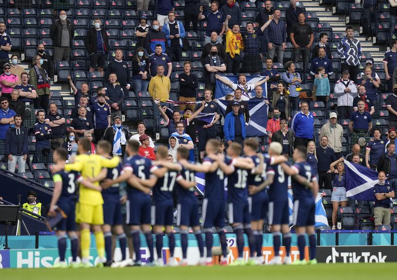 """Przed meczem Anglia - Szkocja na Euro 2020 pieśń """"Flower of Scotland"""" wybrzmi ze szczególną siłą. Na zdjęciu piłkarze i kibice przed meczem z Czechami podczas nieoficjalnego odśpiewania nieoficjalnego hymnu Szkocji /Petr Josek / POOL /Getty Images"""