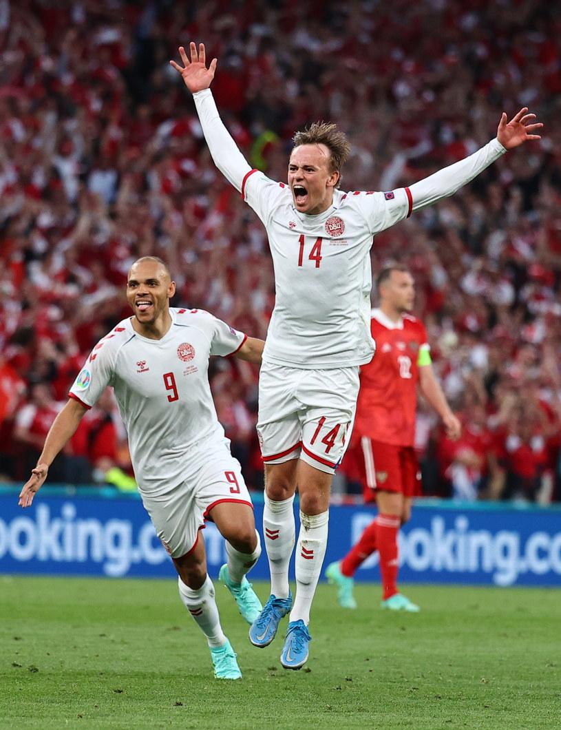 Przed momentem Mikkel Damsgaard umieścił piłkę w rosyjskiej bramce /PAP