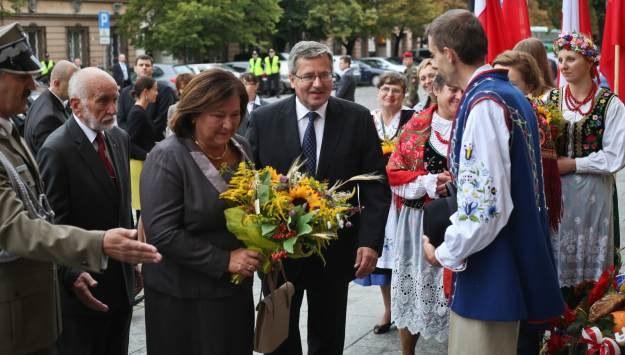 Przed mszą Anna Komorowska otrzymała bukiet kwiatów, fot. Rafał Guz /PAP