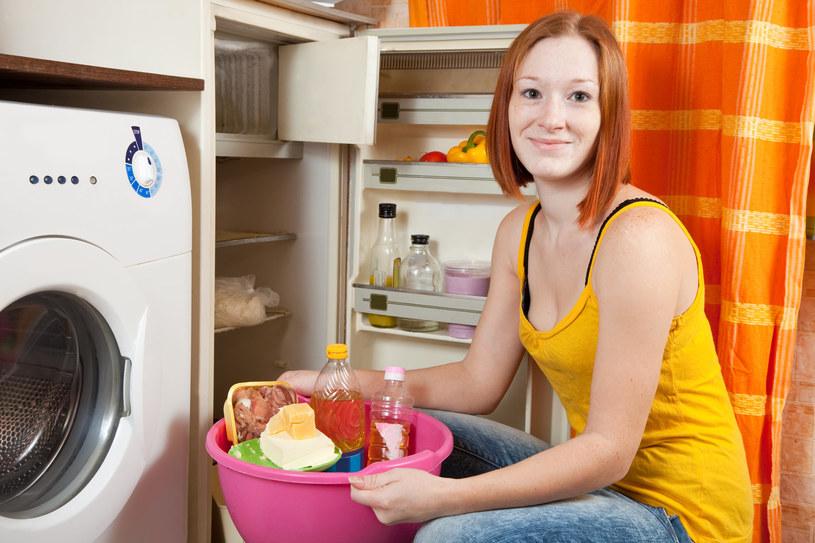 Przed myciem lodówki, należy ją dokładnie opróżnić /123RF/PICSEL