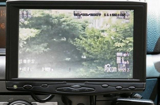 Przed nieoznakowanym radiowozem nie ma ochrony /Policja