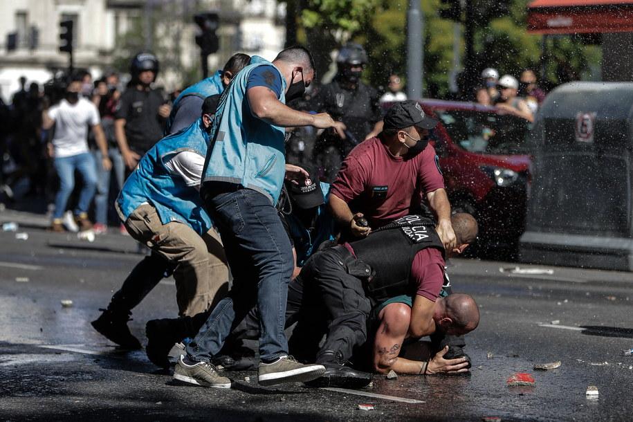 Przed Pałacem Prezydenckim kibice, którzy nie zdążyli oddać hołdu Diego Maradonie, starli się z policją /JUAN IGNACIO RONCORONI /PAP/EPA