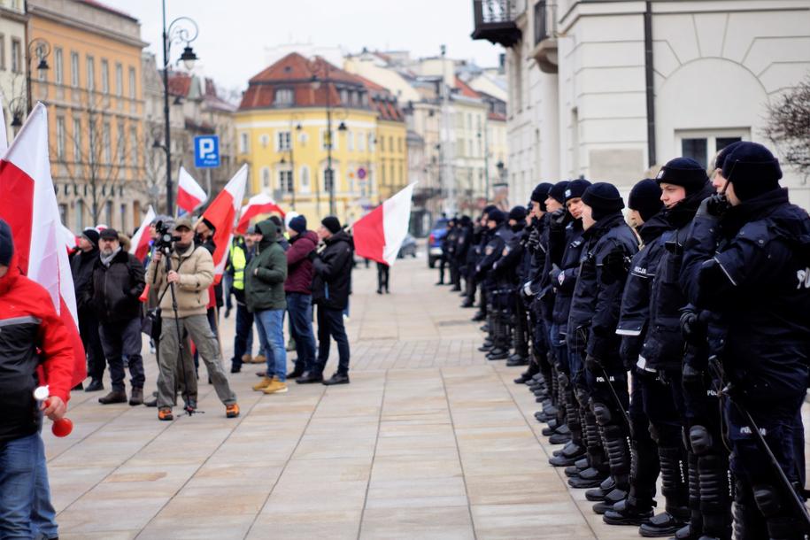 Przed Pałacem Prezydenckim stoi pojedynczy szpaler policjantów /Michał Dukaczewski /RMF FM