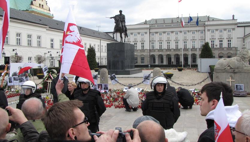 Przed Pałacem Prezydenckim zebrało się kilka tysięcy osób