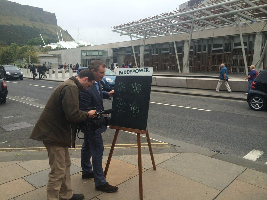Przed parlamentem w Edynburgu pojawili się i bukmacherzy /Krzysztof Berenda /RMF FM