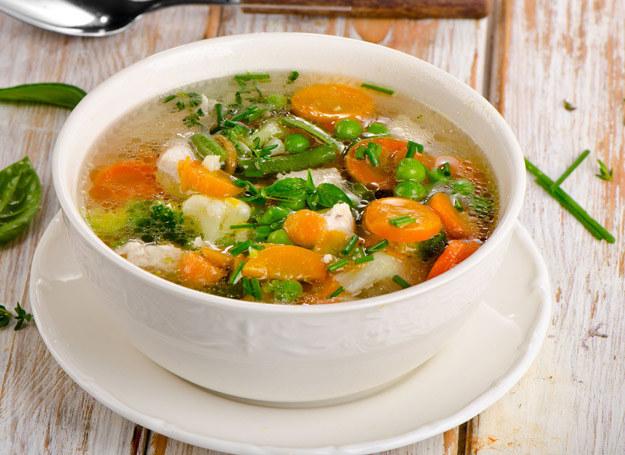 Przed podaniem dziecku całość zupy należy zmiksować. /123RF/PICSEL