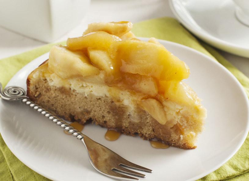 Przed podaniem udekoruj ciasto bitą śmietaną /123RF/PICSEL