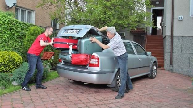 Przed podróżą należy zadbać o właściwe zabezpieczenie i ułożenie bagażu. Podstawowa zasada: ciężkie przedmioty układa się na dole, tuż za fotelami, a drobne - zabezpiecza przed przemieszczaniem. /Motor