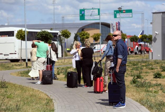 Przed podróżą warto prześledzić ostrzeżenia wydane przez MSZ /Tomasz Gzell /PAP