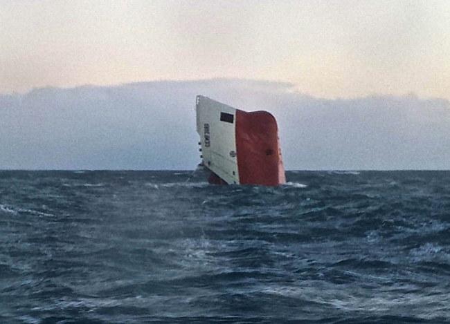 """Przed południem statek """"Cemfjord"""" całkowicie zatonął, dziób jednostki schował się pod wodę. /BRITISH ROYAL NATIONAL LIFEBOAT INSTITUTION / WICK LIFEBOAT / HO /PAP/EPA"""