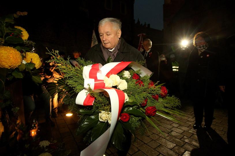 Przed rozpoczęciem mszy na Wawelu Jarosław Kaczyński złożył kwiaty pod Krzyżem Katyńskim /Stanisław Rozpędzik /PAP