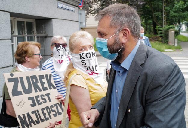 Przed sądem pojawiły się osoby popierające sędziego Żurka / Andrzej Grygiel    /PAP