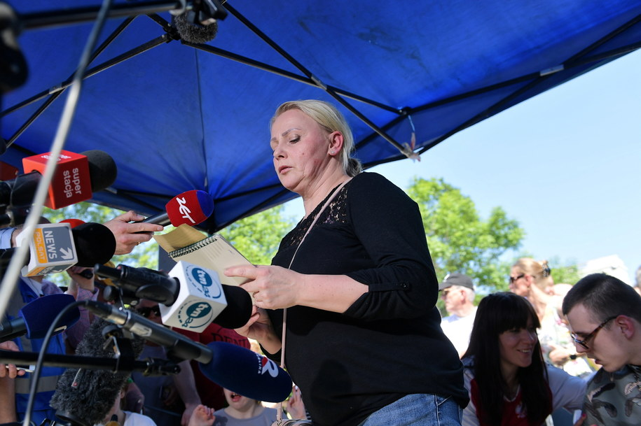 Przed Sejmem protestujący spotkali się z dziennikarzami / Marcin Obara  /PAP