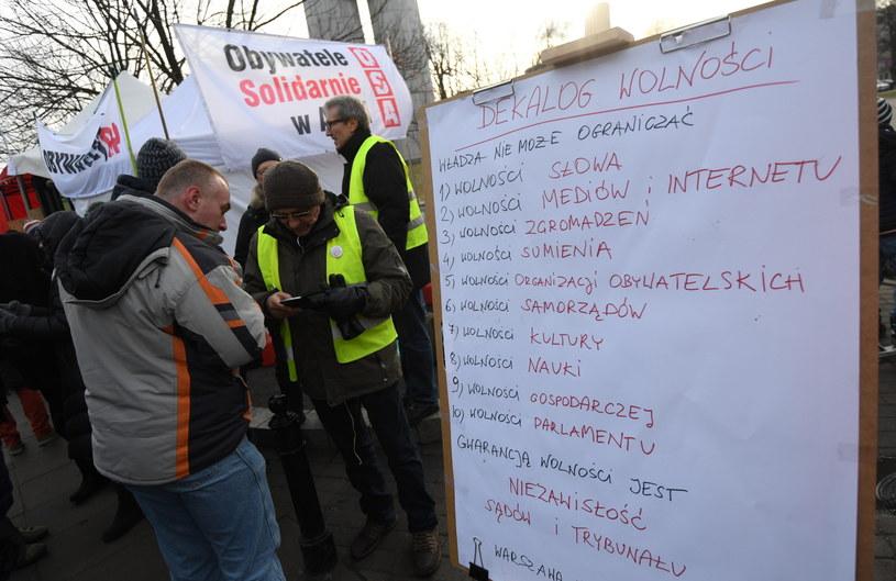 Przed Sejmem trwa manifestacja poparcia dla posłów opozycji /Bartłomiej Zborowski /PAP