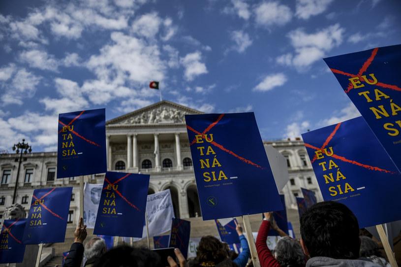 Przed siedzibą parlamentu odbywał się protest /AFP