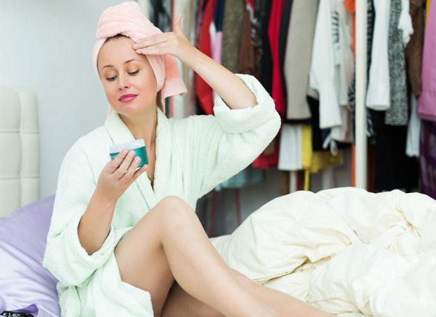 Przed snem nałóż odżywczy krem, który głęboko zregeneruje skórę podczas odpoczynku /123RF/PICSEL