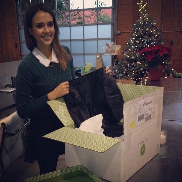 """Przed świętami Jessica Alba (""""The Spoils of Babylon"""") buszuje po sklepach w poszukiwaniu prezentów i dekoracji. – W pakowaniu pomagają mi córki – mówi aktorka. /Instagram /materiały prasowe"""