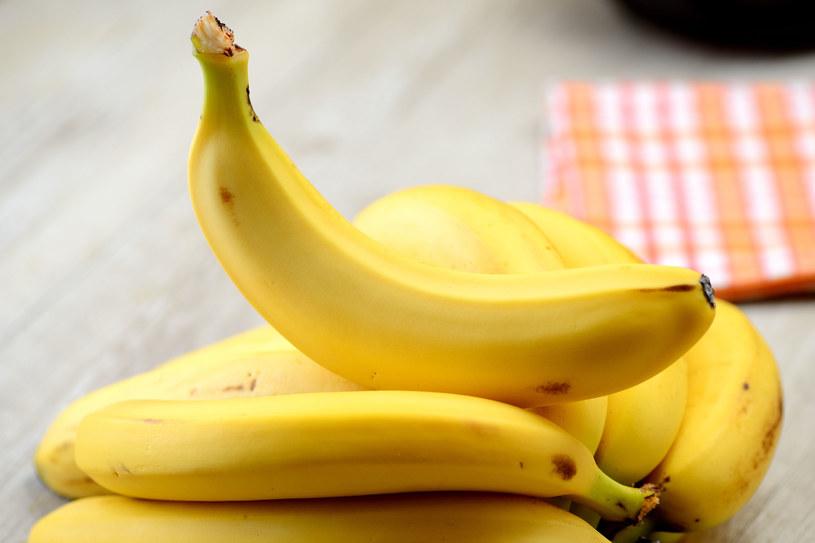 Przed szkodliwym działaniem soków trawiennych żołądek chronią zwłaszcza banany /123RF/PICSEL