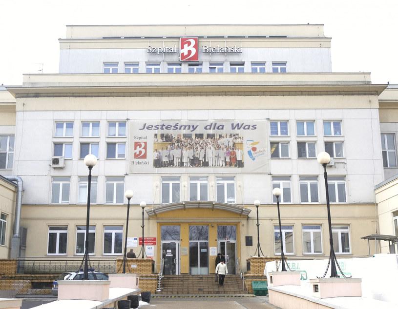 Przed Szpitalem Bielańskim /Karol Serewis / East News Warszawa /