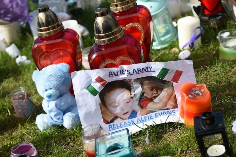 Przed szpitalem w Liverpoolu składano kwiaty i maskotki jako symbol wsparcia dla rodziny Evansów /PAUL ELLIS /AFP