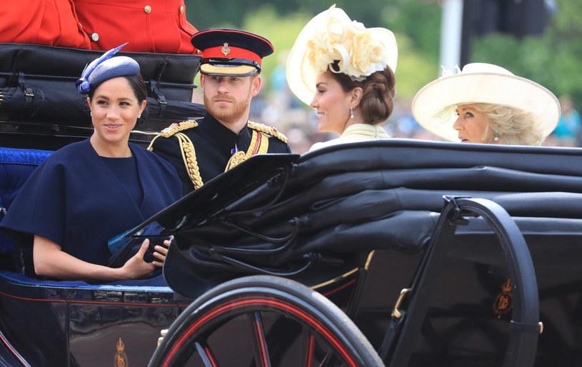 Przed tym, jak cała rodzina pojawiła się na balkonie, członkowie królewskiego rodu uczestniczyli w paradzie. Meghan i Harry jechali we wspólnym pojeździe z Kate i Kamilą /Gareth Fuller    /East News