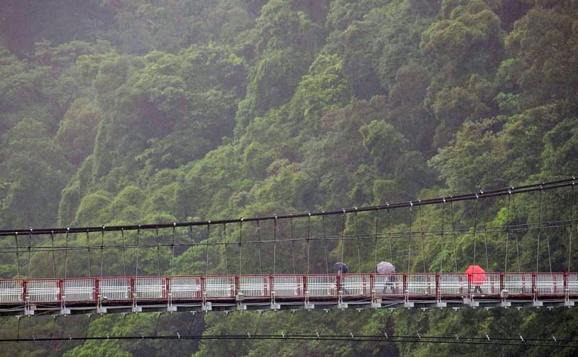 Przed upałami Japończycy zmagali się z falą ulewnych deszczy /AFP