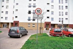 Przed wjazdem do strefy ruchu musi się znaleźć znak. /Motor