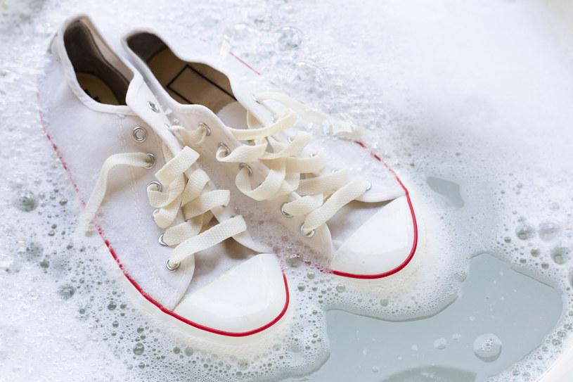 Przed włożeniem butów do pralki trzeba pozbyć się większych zabrudzeń /123RF/PICSEL