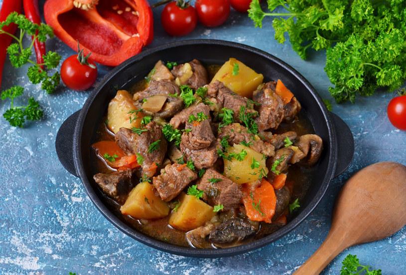 Przed włożeniem papryczki chili do zupy trzeba ją dokładnie oczyścić z pestek, żeby nie była przesadnie ostra /123RF/PICSEL