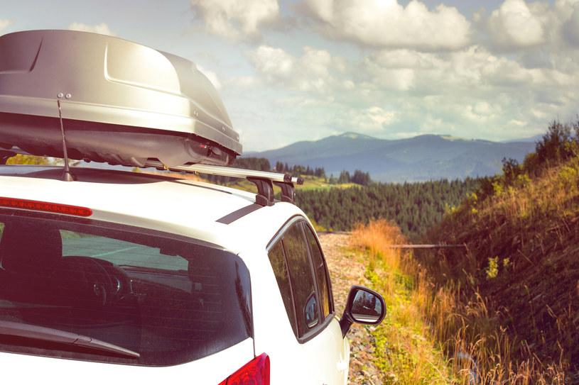 Przed wyjazdem na wakacje warto sprawdzić stan samochodu /123RF/PICSEL
