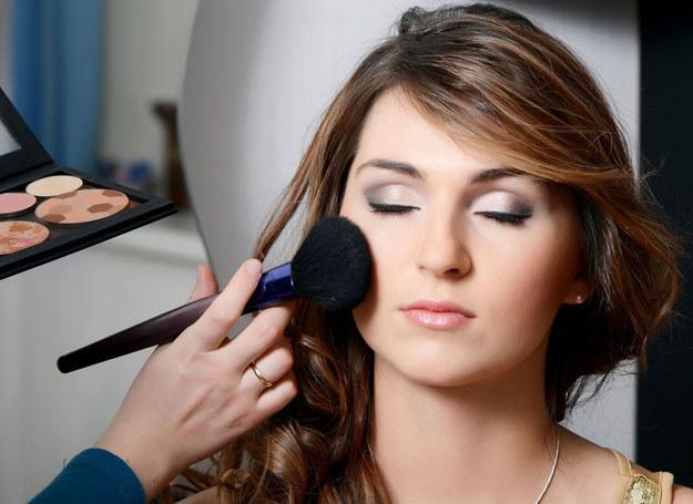 Przed wykonaniem makijażu należy obsypać dolną powiekę pudrem w pyłku /123RF/PICSEL