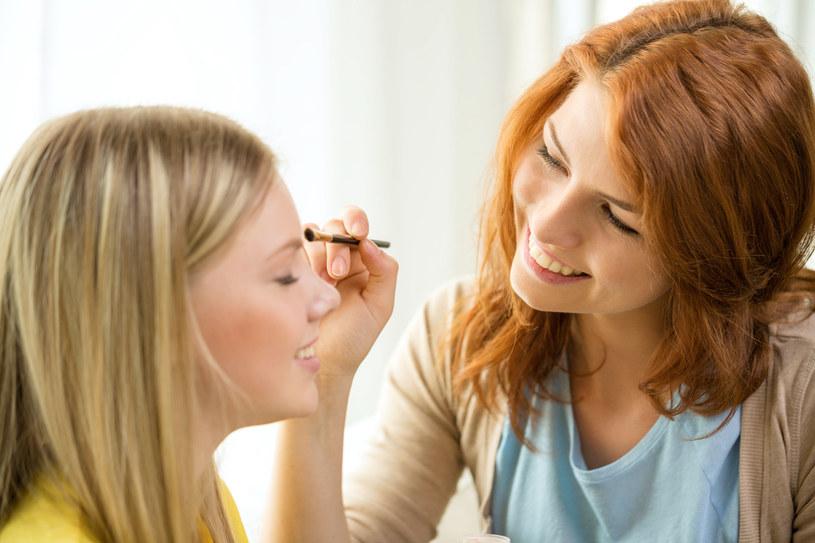 Przed wykonaniem makijażu przetrzyj skórę delikatnym tonikiem /123RF/PICSEL