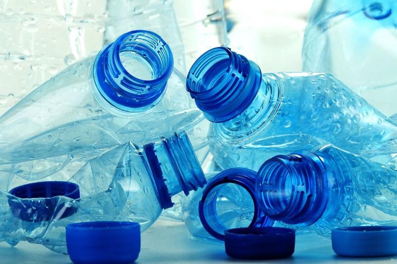 Przed wyrzuceniem butelki odkręćmy nakrętkę /123RF/PICSEL