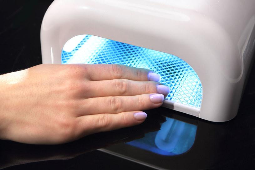 Przed zabiegiem manicure hybrydowego, posmaruj dłonie kremem z filtrem /123RF/PICSEL