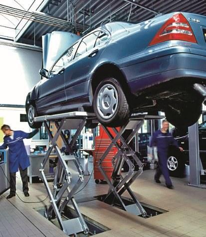 Przed zakupem warto obejrzeć spód auta w poszukiwaniu wycieków. /Motor