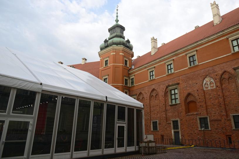 Przed Zamkiem Królewskim ustawiono specjalny namiot / Jakub Kamiński    /PAP