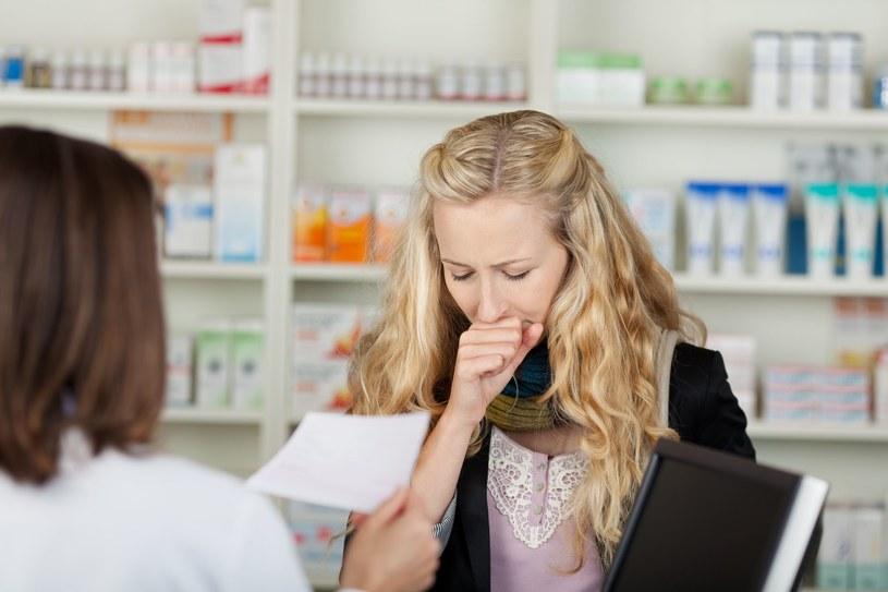 Przedłużający się z miesiąca na miesiąc kaszel może nie mieć związku z przebytą infekcją /123RF/PICSEL