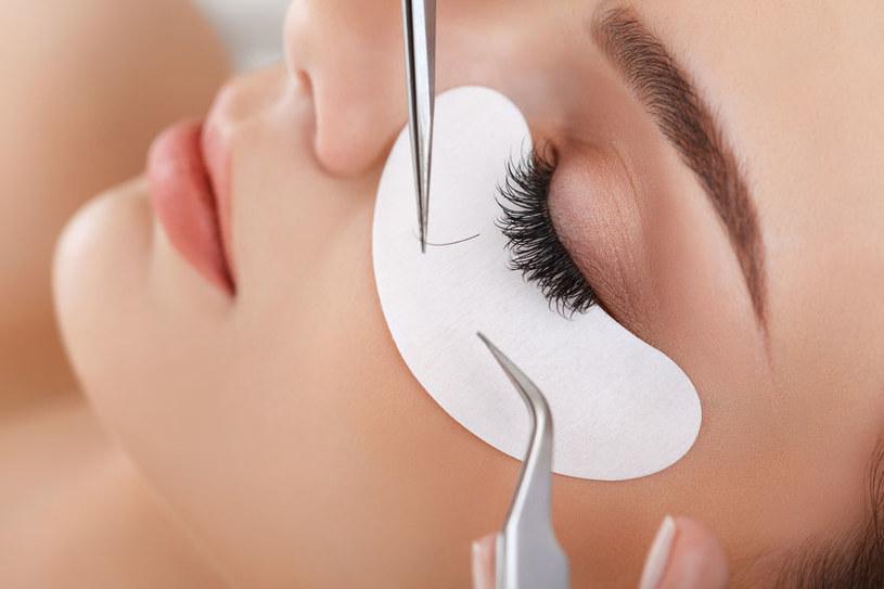 Przedłużanie rzęs to popularny zabieg w salonach kosmetycznych. Ale czy na pewno bezpieczny? /123RF/PICSEL