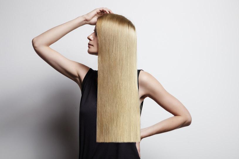 Przedłużanie włosów powinno zostać wykonane przez osobę wykwalifikowaną /123RF/PICSEL