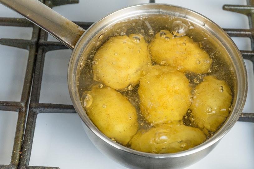 Przedmioty wykonane ze srebra można czyścic woda z ziemniaków /123RF/PICSEL