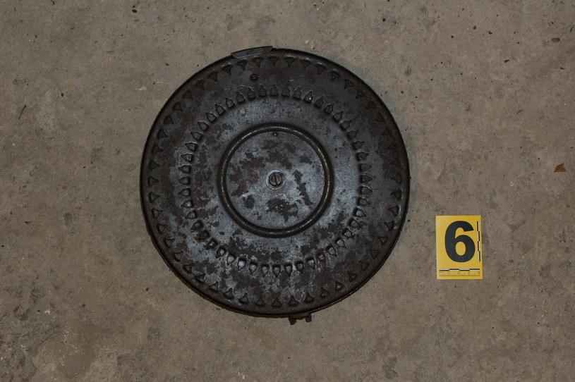 Przedmioty znalezione w jednym z mieszkań pochodzą z czasów II wojny światowej (Źródło: Małopolska Policja) /Policja